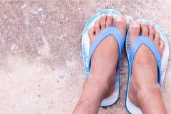 与拖鞋的儿童脚在乡下 库存图片