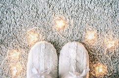 与拖鞋的家庭舒适圣诞节构成在地毯 家庭装饰和舒适 库存照片