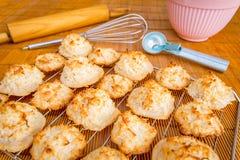 与招呼的季节的新鲜的被烘烤的椰子蛋白杏仁饼干标记 库存照片