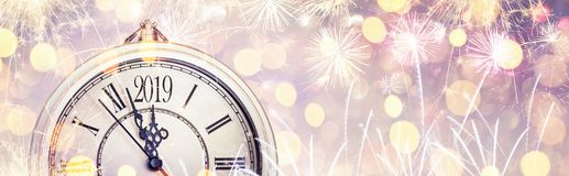 与拨号盘时钟和烟花的新年快乐2019年庆祝 皇族释放例证
