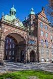 与拱道、时钟和旗子的美丽的历史大厦 库存照片