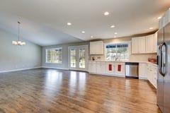 与拱顶式顶棚的宽敞漫步者厨房内部 库存图片