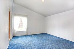 与拱顶式顶棚的空的明亮的卧室内部 免版税库存图片
