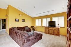 与拱顶式顶棚的豪华农厂房子内部 舒适的sof 免版税库存图片