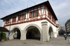 与拱廊的大厦在卢赛恩 免版税图库摄影