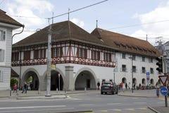 与拱廊的大厦在卢赛恩 库存照片