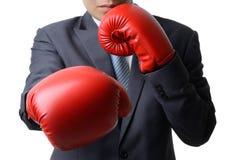 与拳击手套拳打对目标,企业concep的商人 免版税库存照片