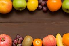 与拷贝空间、健康食品,饮食,从事园艺或者素食概念的果子框架 免版税库存照片