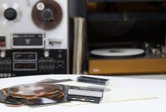 与拷贝空间的唱片在汇集册页钝汉标题前面 卷轴录音机 音频cassetes轻拍 免版税库存图片