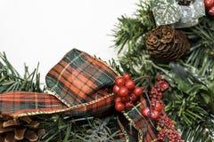 与拷贝空间的圣诞节装饰到左边 免版税库存照片
