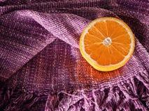与拷贝空间的新鲜的一半桔子在颜色棉花制作fabri 免版税库存图片