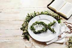 与拷贝空间的明亮的圣餐餐位餐具 图库摄影