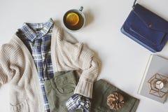 与拷贝空间的秋天妇女偶然时尚集合平的位置 格子花呢上衣,被编织的毛线衣,蓝色发怒尸体袋 免版税图库摄影