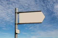 与拷贝空间的空白的路标在蓝天背景 免版税库存照片