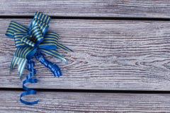 与拷贝空间的蓝色礼物弓 图库摄影