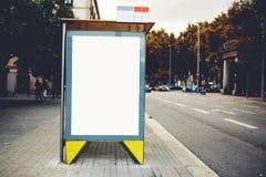 与拷贝空白区的空白的广告牌您的正文消息或内容的,在城市布局的空的社会信息Lightbox板, 免版税库存照片