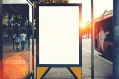 与拷贝空白区的空白的广告牌您的正文消息或增进内容的,在城市布局的社会信息板, 库存照片