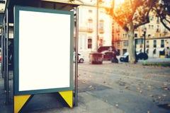 与拷贝空白区的空白的广告牌您的正文消息或增进内容的,在街道上的社会信息板, 免版税图库摄影