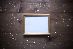 与拷贝空间和雪花的金黄画框 免版税库存图片