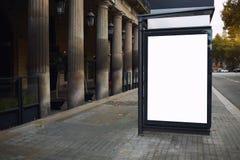 与拷贝空间屏幕的空白的广告牌您的正文消息或增进内容的,在街道上的社会信息板 图库摄影