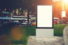 与拷贝空间的两个空白的广告牌您的正文消息或增进内容的,在城市布局的社会信息板在e 图库摄影