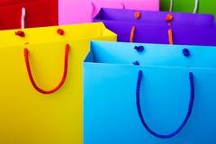 与拷贝空间的五颜六色的纸购物袋 免版税库存图片