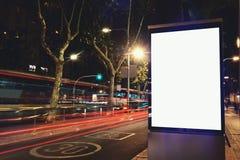 与拷贝空间的有启发性空白的广告牌您的正文消息或内容的,社会信息板在有运动的夜城市 免版税图库摄影