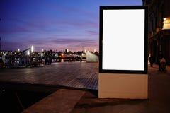 与拷贝空间的有启发性空白的广告牌您的正文消息或增进内容的,反对日落s的社会信息板 免版税库存照片