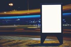 与拷贝空间的有启发性空白的广告牌您的正文消息或增进内容的,给横幅的嘲笑做广告在路旁我 免版税库存照片