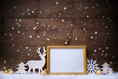 与拷贝空间的白色,金黄圣诞卡和雪花 库存照片