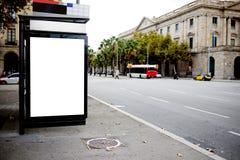 与拷贝空间的空白的广告牌您的正文消息或增进内容的,在城市布局的社会信息板, 图库摄影