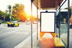 与拷贝空间的空白的广告牌您的正文消息或增进内容的,空的社会信息板在大城市, 库存照片