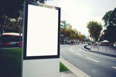 与拷贝空间的空白的广告牌您的正文消息或增进内容的,空的社会信息板在大镇, 库存照片