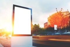与拷贝空间的空白的广告牌您的正文消息或增进内容的,空的社会信息板在大镇, 免版税库存图片