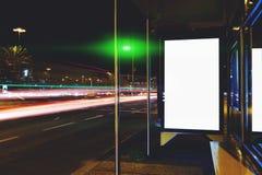 与拷贝空间的空白的电子广告牌您的正文消息或内容的,在公共汽车站的社会信息板在大城市 库存图片