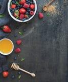 与拷贝空间的莓果框架在右边 草莓 免版税库存图片