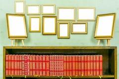 与拷贝空间的许多空的金黄木制框架在绿色贴墙纸了墙壁 免版税图库摄影