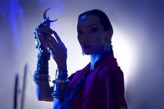 与拿着月亮的香火的美丽的印地安妇女剪影sy 免版税库存照片