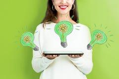 与拿着片剂的妇女的Eco能量 库存图片