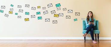 与拿着片剂的少妇的电子邮件 免版税库存照片