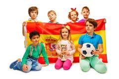 与拿着西班牙旗子的球的七足球迷 免版税图库摄影