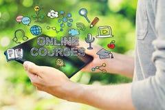 与拿着他的片剂计算机的年轻人的网上路线概念 免版税库存照片