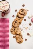 与拿铁和甜面包店的可爱的早晨 免版税库存图片
