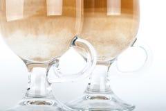 与拿铁咖啡把柄的两块大玻璃  图库摄影