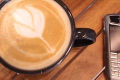 与拿铁艺术的咖啡时间 库存照片