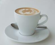 与拿铁艺术的咖啡 免版税库存照片