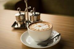 与拿铁艺术的热的咖啡 库存照片