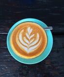与拿铁艺术蕨的咖啡 免版税库存照片