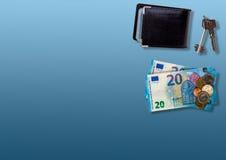 与持卡者、金钱和钥匙的梯度蓝色纹理在角落 库存照片