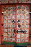与挂锁和门闩的美丽的被绘的门 库存图片